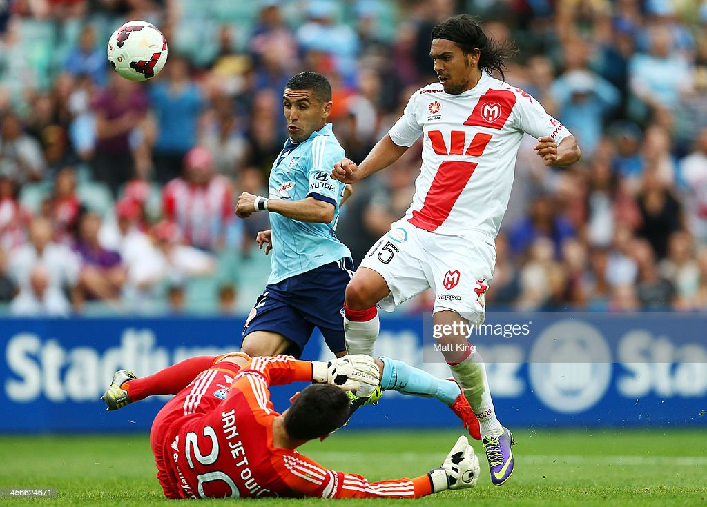 David Williams of the Heart tries to get past Sydney FC goalkeeper Vedran Janjetovic during the round 10 A-League match between Sydney FC and the Melbourne Heart at Allianz Stadium on December 15, 2013 in Sydney, Australia.