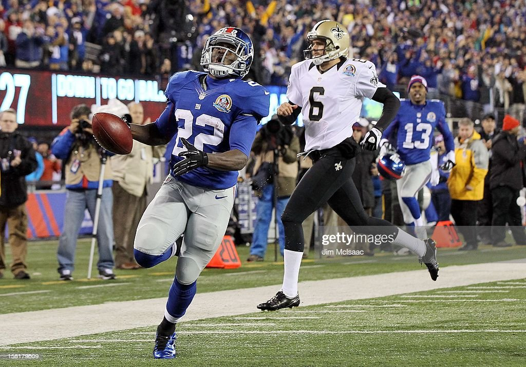 David Wilson #22 of the New York Giants runs a kick off from Thomas Morstead #6 of the New Orleans Saints back for a first quarter touchdown at MetLife Stadium on December 9, 2012 in East Rutherford, New Jersey. The Giants defeated the Saints 52-27.
