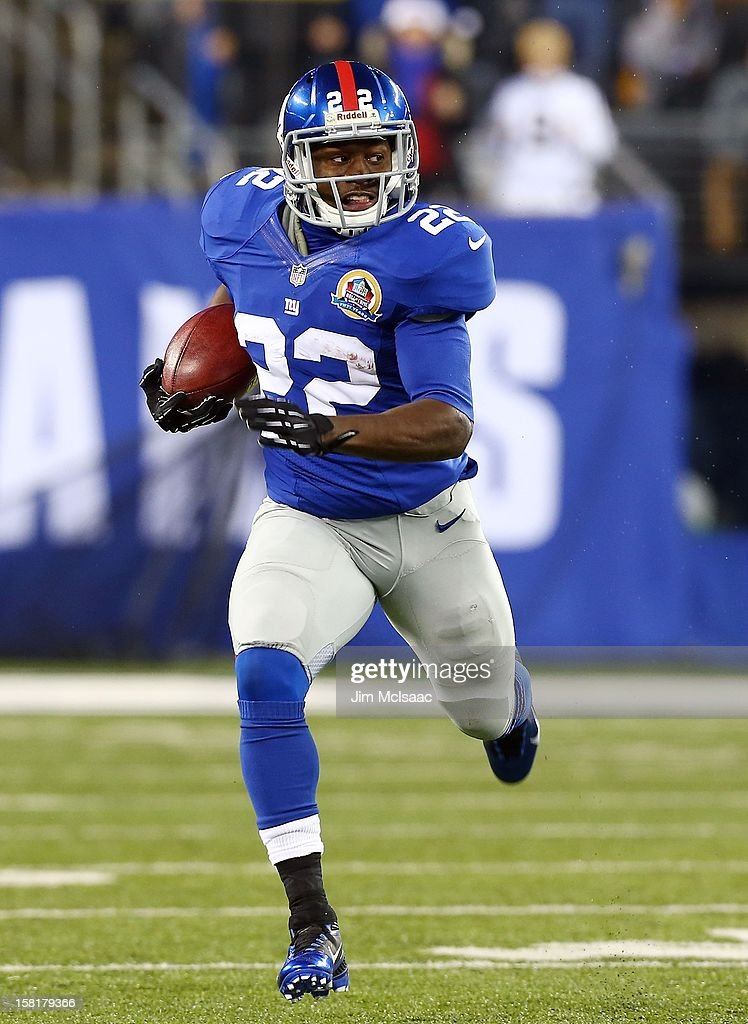 David Wilson #22 of the New York Giants runs the ball against the New Orleans Saints at MetLife Stadium on December 9, 2012 in East Rutherford, New Jersey. The Giants defeated the Saints 52-27.