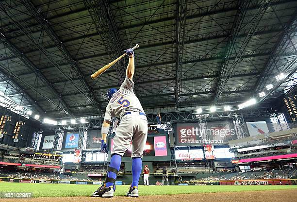 David Wright of the New York Mets warms up on deck during the MLB game against the Arizona Diamondbacks at Chase Field on April 16 2014 in Phoenix...
