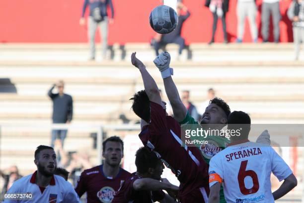 Davide Narduzzo portiere dell'AC Reggiana sventa una pericolosa occasione durante la gara di Lega Pro girone B tra Teramo Calcio 1913 e AC Reggiana...