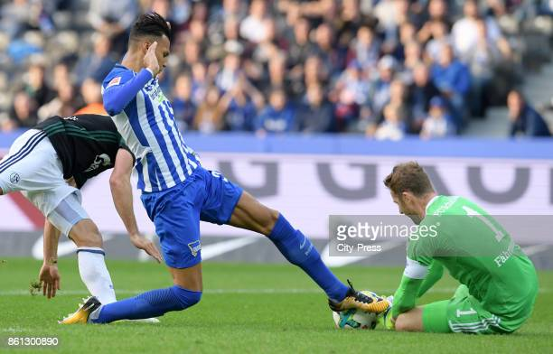 Davie Selke of Hertha BSC and Ralf Faehrmann of FC Schalke 04 during the game between Hertha BSC and Schalke 04 on october 14 2017 in Berlin Germany