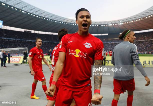 Davie Selke of RB Leipzig celebrates with team mates after scoring his team's third goal during the Bundesliga match between Hertha BSC and RB...