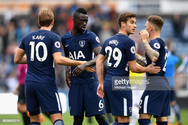 Davinson Sanchez of Tottenham Hotspur celebrates vitroy with Harry Winks of Tottenham Hotspur and Harry Kane of Tottenham Hotspur after the Premier...