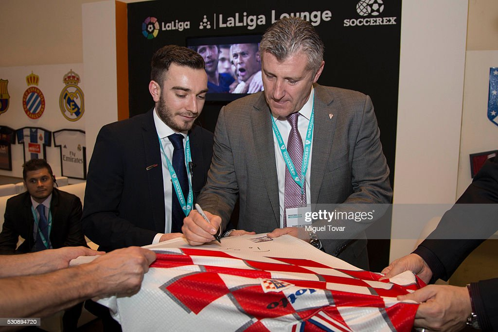 <a gi-track='captionPersonalityLinkClicked' href=/galleries/search?phrase=Davor+Suker&family=editorial&specificpeople=235899 ng-click='$event.stopPropagation()'>Davor Suker</a> President of the Croatian Soccer Federation signs autographs during the first day of the Soccerex Americas Forum at Camino Real Hotel on May 11, 2016 in Mexico City, Mexico.