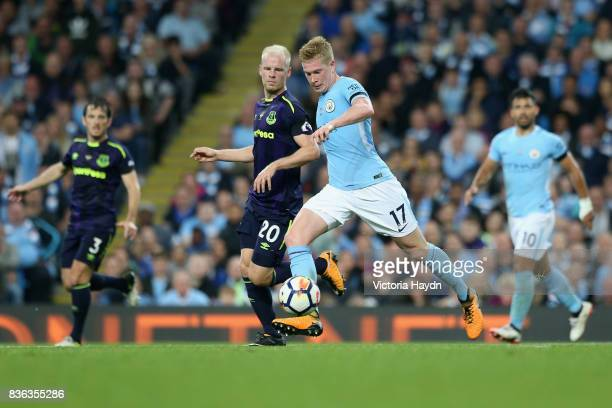 Davy Klaassen of Everton and Kevin De Bruyne of Manchester City battle for possession during the Premier League match between Manchester City and...