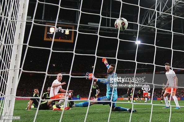 Davy Klaassen of Netherlands scores past David de Gea of Spain for the second goal during the international friendly match between the Netherlands...