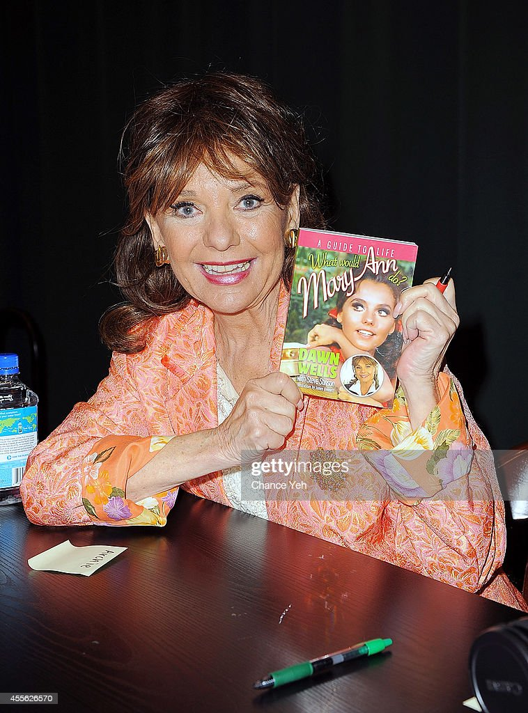 """Dawn Wells Signs Copies Of """"What Would Mary Ann Do? A Guide To Life"""""""