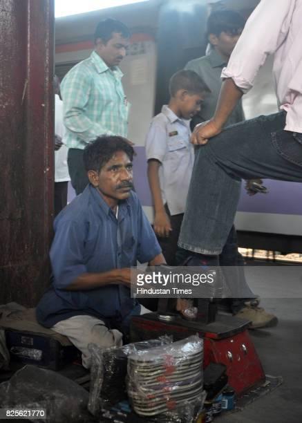 A day in a life of a Boot Polishwaala Jaybhavan Dillibomaniya at Borivali Station Platform 4 5