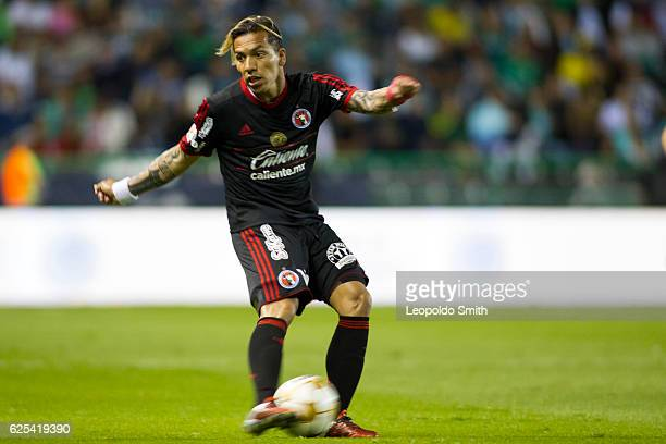 Dayro Moreno of Tijuana drives the ball during the quarter finals first leg match between Leon and Tijuana as part of the Torneo Apertura 2016 Liga...