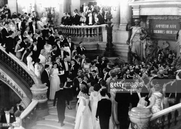 350 débutantes ont rivalisé d'élégance pour leur bal des débutantes à l'Opéra de Paris en France