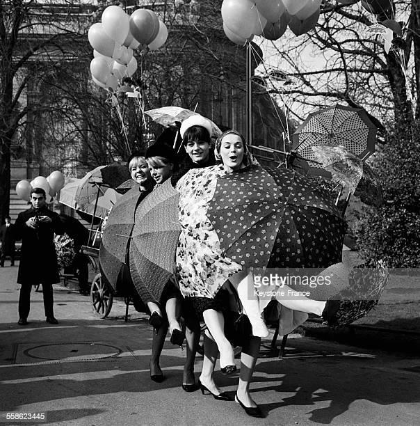 De gauche a droite Annie Cordy Genevieve Cluny France Arnel et Genevieve Grad participent a un evenement organise par les industries du Parapluie a...