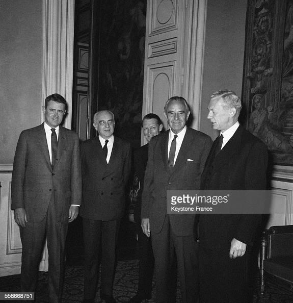 De gauche à droite dans les salons du ministères des Affaires étrangères Cyrus Vance de la délégation américaine Hervé Alphand secrétaire général au...