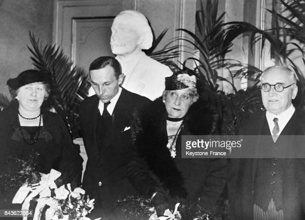 De gauche à droite la fille du compositeur Massenet Madame Paul Claudel et Monsieur Paul Claudel ambassadeur de France à Bruxelles photogaphiés lors...