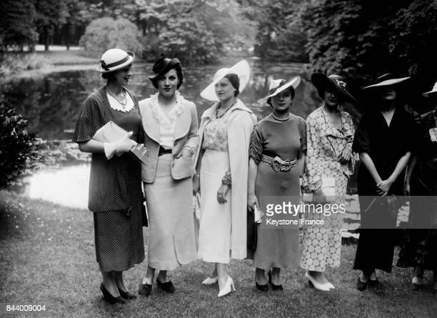 De gauche à droite Miss Espagne Miss Italie Miss Grèce Miss Tunisie Miss Rhénanie et Miss Danube au Pavillon d'Armenonville à Paris France en 1935