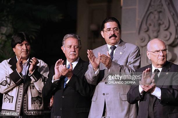 De I a D los presidentes de Bolivia Evo Morales de Guatemala Oscar Berger de Honduras Manuel Zelaya y de Nicaragua Enrique Bolanos aplauden durante...