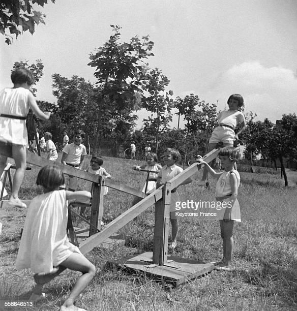 De jeunes enfants s'amusent sur un terrain de récréation circa 1940 en France
