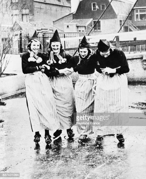 De jeunes Hollandaises pratiquent avec bonheur le patinage ce qui était interdit sous l'occupation en Hollande en 1946