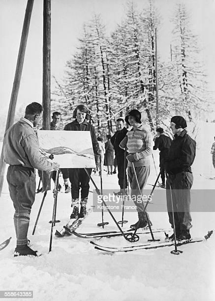 De jeunes skieurs s'arrêtant regarder un peintre peignant un paysage enneigé à SaintMoritz Suisse en 1930