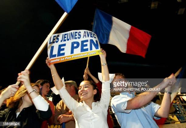 de jeunes sympathisants assistent le 02 mai 2002 au Palais des Sports de Marseille au meeting de campagne du candidat du Front national JeanMarie Le...