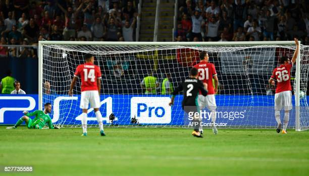 de Manchester United's Spanish goalkeeper David de Gea looks at the ball after taking a goal during the UEFA Super Cup football match between Real...