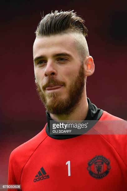 de Manchester United's Spanish goalkeeper David de Gea warms up head of the English Premier League football match between Manchester United and...