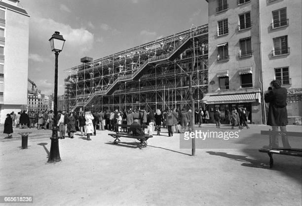 De nombreuses personnes attendent le 09 avril 1977 leur entrée devant le centre Beaubourg un des nouveaux points touristiques de Paris / AFP PHOTO /