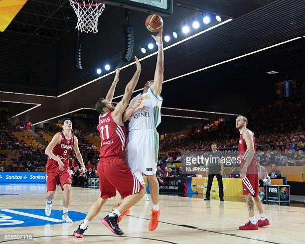 Kravtsov deja un gancho en el partido de de la fase de grupos del mundial de basket de Espana 2014 entre Ucrania y Turquia disputado en la cancha del...