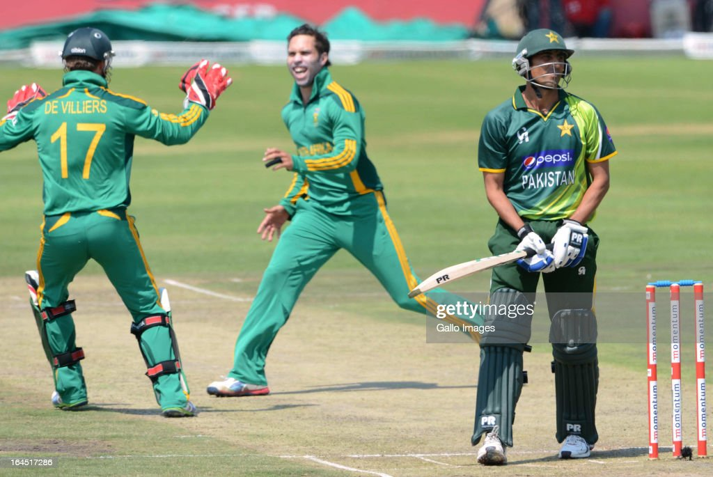 AB de Villiers and Farhaan Behardien of South Africa celebrate the wicket of Younis Khan of Pakistan during the 5th Momentum ODI match between South Africa and Pakistan from Willowmoore Park on March 24, 2013 in Benoni, South Africa.