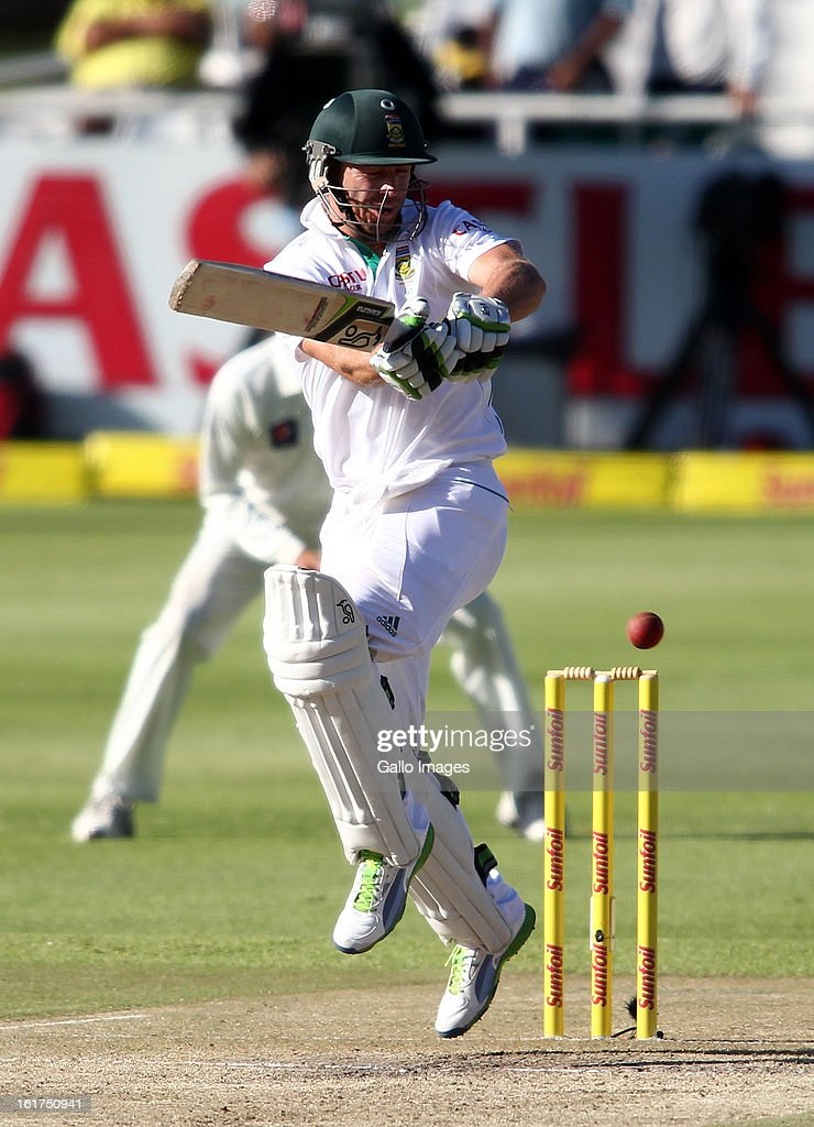 AB de Villiers of South Africa pulls a delivery during day 2 of the 2nd Sunfoil Test match between South Africa and Pakistan at Sahara Park Newlands on February 15, 2013 in Cape Town, South Africa.