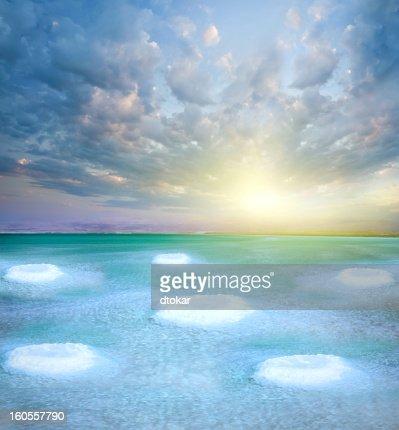 死海の塩の小さな島々ます。ヘルシーな湖を一望します。