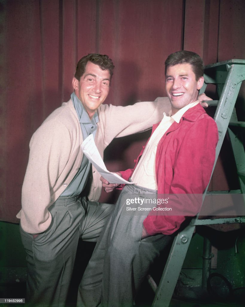 Dean Martin (1917-1995), US actor and singer, with <a gi-track='captionPersonalityLinkClicked' href=/galleries/search?phrase=Jerry+Lewis+-+Comediante&family=editorial&specificpeople=202947 ng-click='$event.stopPropagation()'>Jerry Lewis</a>, US actor and comedian, smiling in a studio portrait, with Lewis holding a script while leaning against a step ladder, USA, circa 1952.