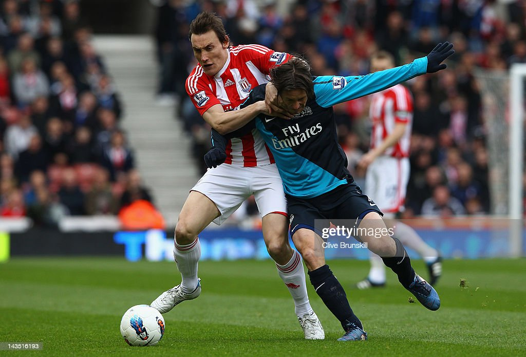 <a gi-track='captionPersonalityLinkClicked' href=/galleries/search?phrase=Dean+Whitehead&family=editorial&specificpeople=185232 ng-click='$event.stopPropagation()'>Dean Whitehead</a> of Stoke City holds off <a gi-track='captionPersonalityLinkClicked' href=/galleries/search?phrase=Tomas+Rosicky&family=editorial&specificpeople=213988 ng-click='$event.stopPropagation()'>Tomas Rosicky</a> of Arsenal during the Barclays Premier League match between Stoke City and Arsenal at Britannia Stadium on April 28, 2012 in Stoke on Trent, England.