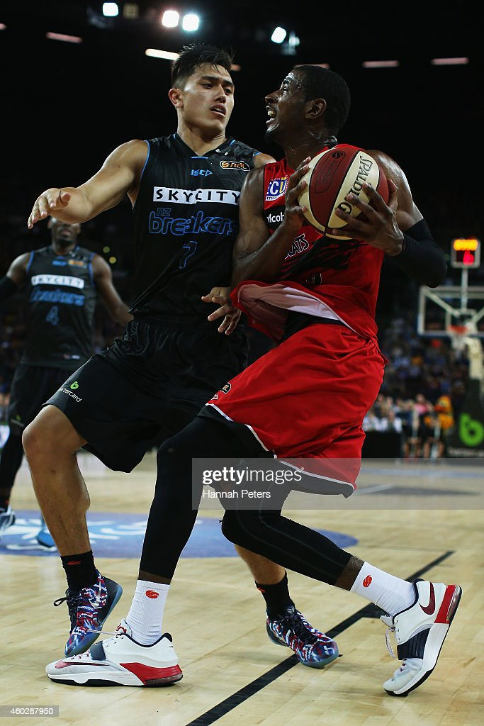 Deandre Daniels of the Wildcats looks to lay the ball up past Reuben Te Rangi of the Breakers during the round 10 NBL match between the New Zealand Breakers and Perth Wildcats at Vector Arena on December 11, 2014 in Auckland, New Zealand.