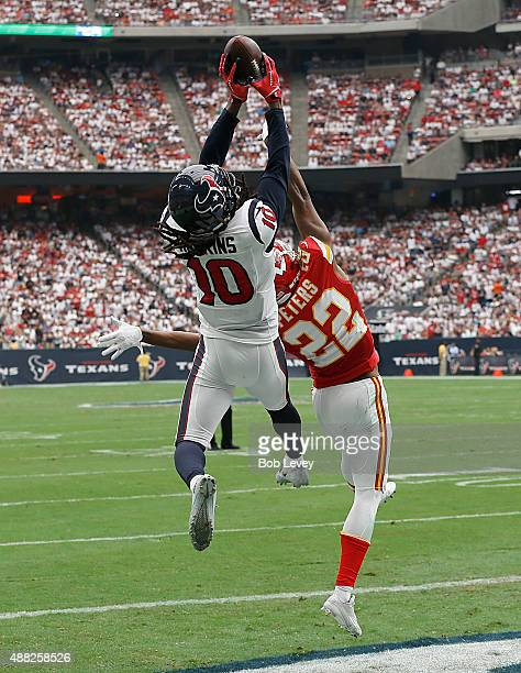 DeAndre Hopkins of the Houston Texans makes a touchdown catch against Marcus Peters of the Kansas City Chiefs in the first quarter in a NFL game on...