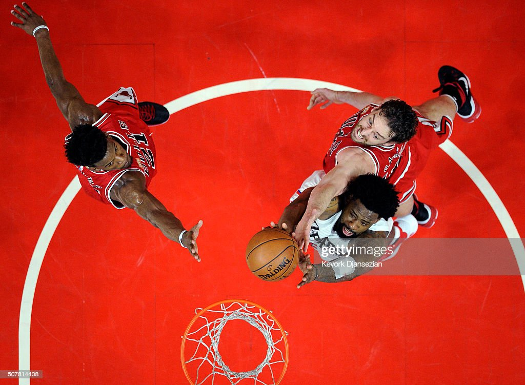 <a gi-track='captionPersonalityLinkClicked' href=/galleries/search?phrase=DeAndre+Jordan&family=editorial&specificpeople=4665718 ng-click='$event.stopPropagation()'>DeAndre Jordan</a> #6 of the Los Angeles Clippers attempts to score a basket against <a gi-track='captionPersonalityLinkClicked' href=/galleries/search?phrase=Pau+Gasol&family=editorial&specificpeople=201587 ng-click='$event.stopPropagation()'>Pau Gasol</a> #16 and <a gi-track='captionPersonalityLinkClicked' href=/galleries/search?phrase=Jimmy+Butler+-+Basketbalspeler&family=editorial&specificpeople=9860567 ng-click='$event.stopPropagation()'>Jimmy Butler</a> #21 of the Chicago Bulls of the Chicago Bulls during the second half of the basketball game at Staples Center January 31, 2016, in Los Angeles, California.