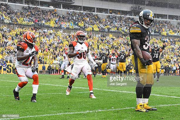 DeAngelo Williams of the Pittsburgh Steelers celebrates his 4 yard touchdown reception in front of Adam Jones of the Cincinnati Bengals and Shawn...