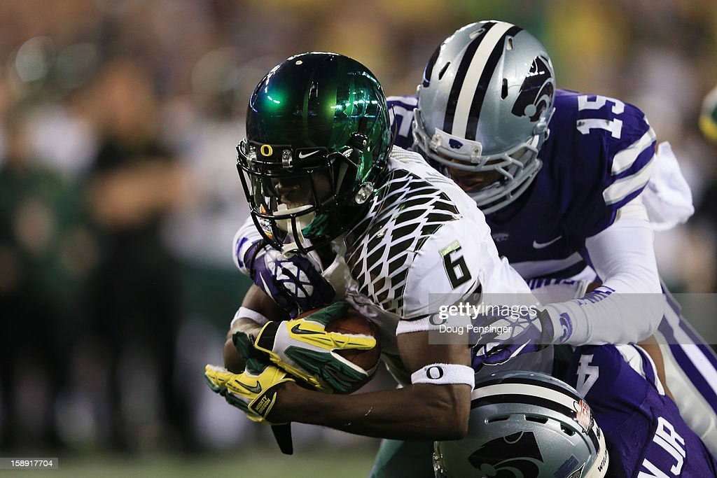 De'Anthony Thomas #6 of the Oregon Ducks scores a touchdown on a 23 yard reception against the defense of Randall Evans #15 of the Kansas State Wildcats in the first quarter of the Tostitos Fiesta Bowl at University of Phoenix Stadium on January 3, 2013 in Glendale, Arizona.