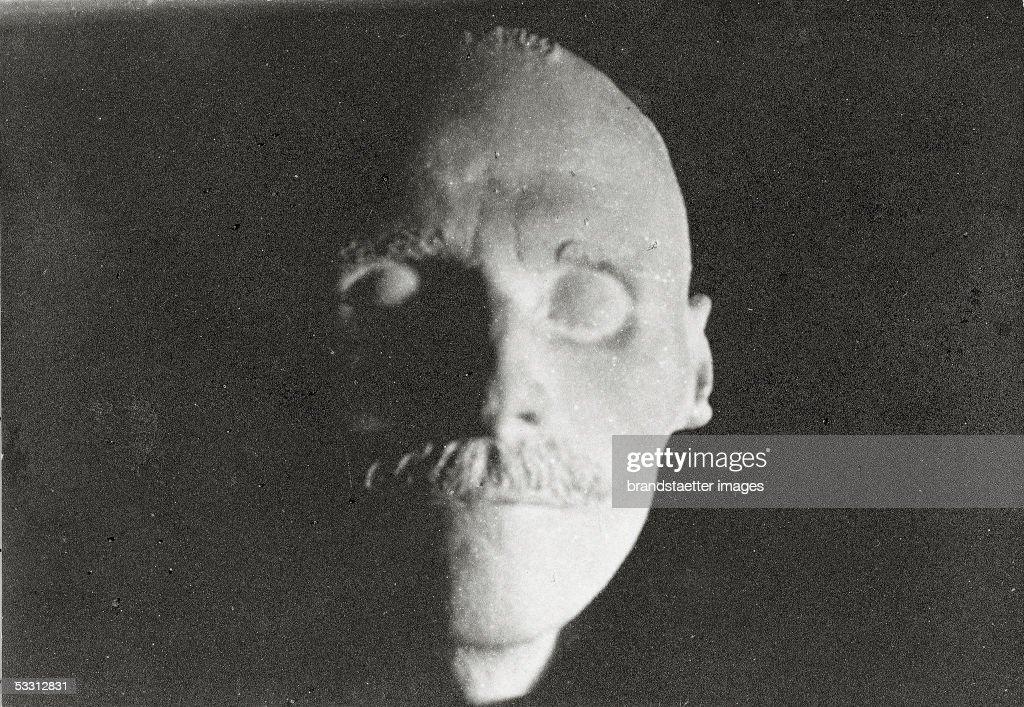 Death mask en face of Gustav Klimt. Photgraphy by Moriz Naehr, 1918. (Photo by Imagno/Getty Images) [Totenmaske en face von Gustav Klimt. Photographie von Moriz Naehr, 1918.]