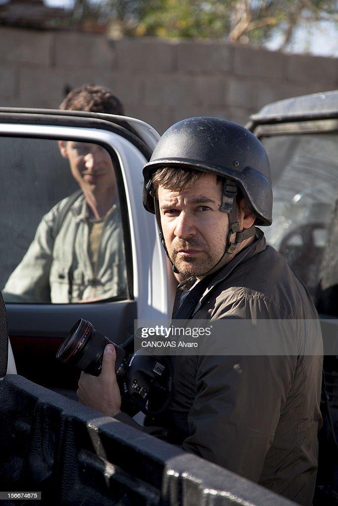 Death Of Two Photographers Of Press In Libya. Deux photographes de presse trouvent la mort dans Misrata assiégée : plan de face de l'Américain Chris HONDROS la veille de leur mort, le casque relevé pour pouvoir photographier correctement. Le Britannique Tim HETHERINGTON est à l'arrière-plan. Tous deux avaient 41 ans.