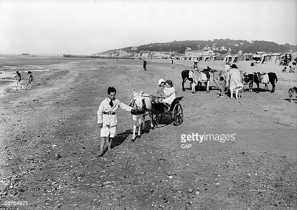 Deauville Walk of the children on the beach by 1930 CAP 729