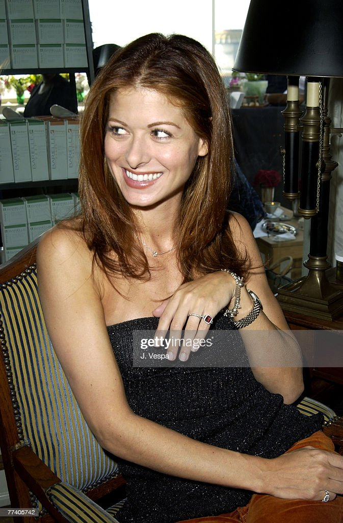 Debra Messing wearing a Tracy Allen pinky ring