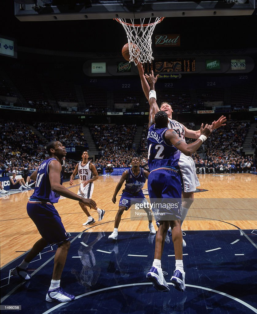 Keith Van Horn shoots over Donyell Marshall