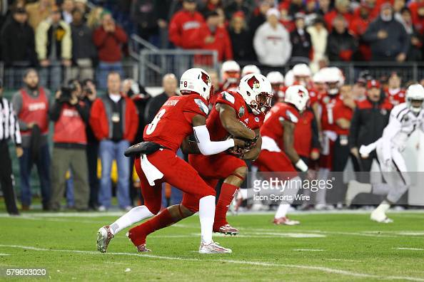 Louisville Cardinals quarterback Lamar Jackson hands the ball off to Louisville Cardinals running back Brandon Radcliff during the first half of the...