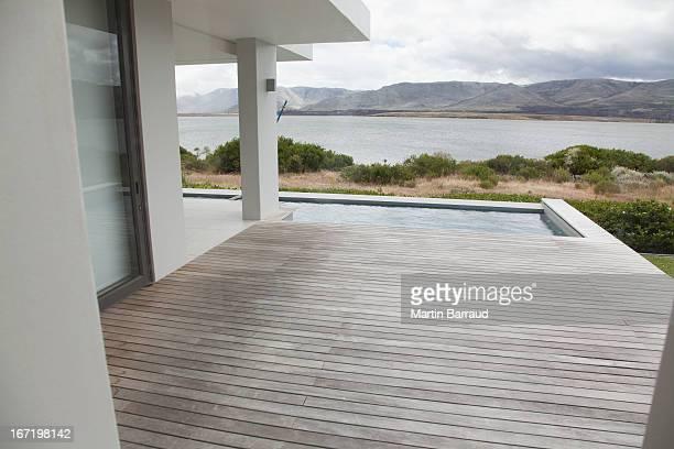 Terrasse et piscine de la maison moderne