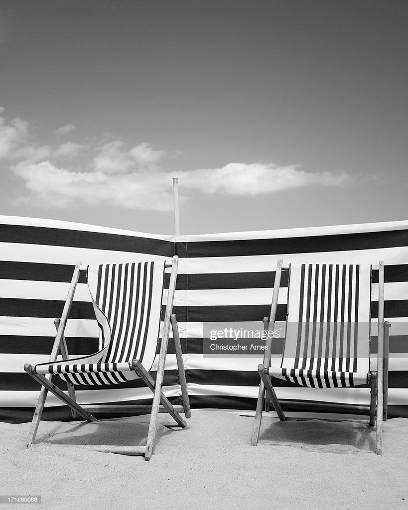 Chaises longues de la terrasse et abri de plage sur la for Chaises longues terrasse