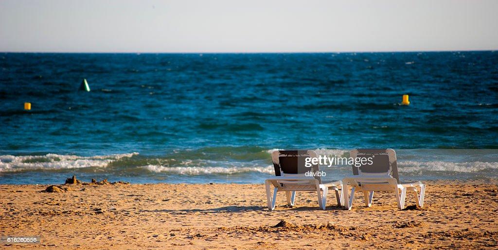 Sillas reclinables en la playa : Foto de stock
