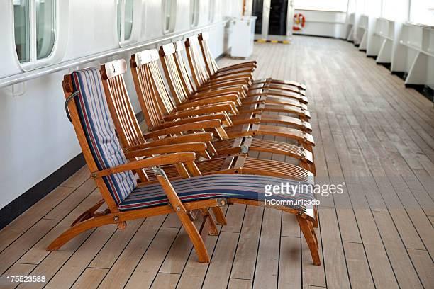 Chaises longues sur la terrasse-une avec coussinet