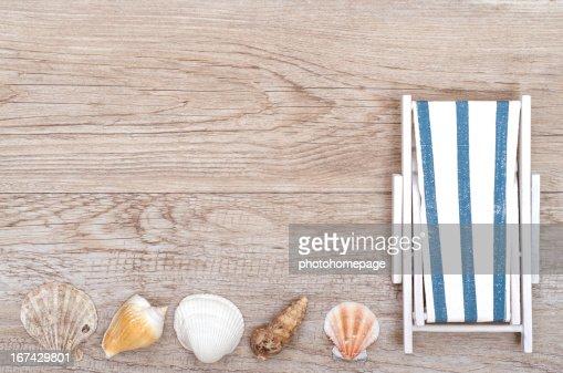 Silla reclinable y caracoles en madera : Foto de stock