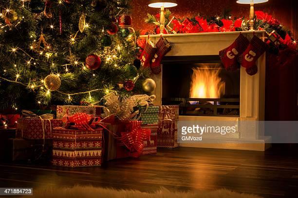 Dekorierten Weihnachtsbaum mit Geschenken und Kamin